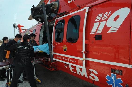 중앙소방본부 119구조대가 구급헬기를 통해 도서지역 응급환자를 이송하고 있다. [사진 국민안전처]