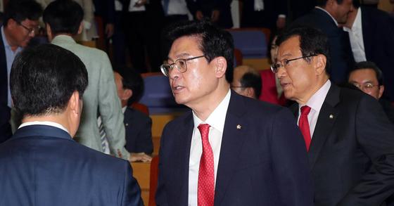 정우택 자유한국당 원내대표(가운데)가 29일 국회 의원회관에서 의원총회를 주재했다. 강정현 기자