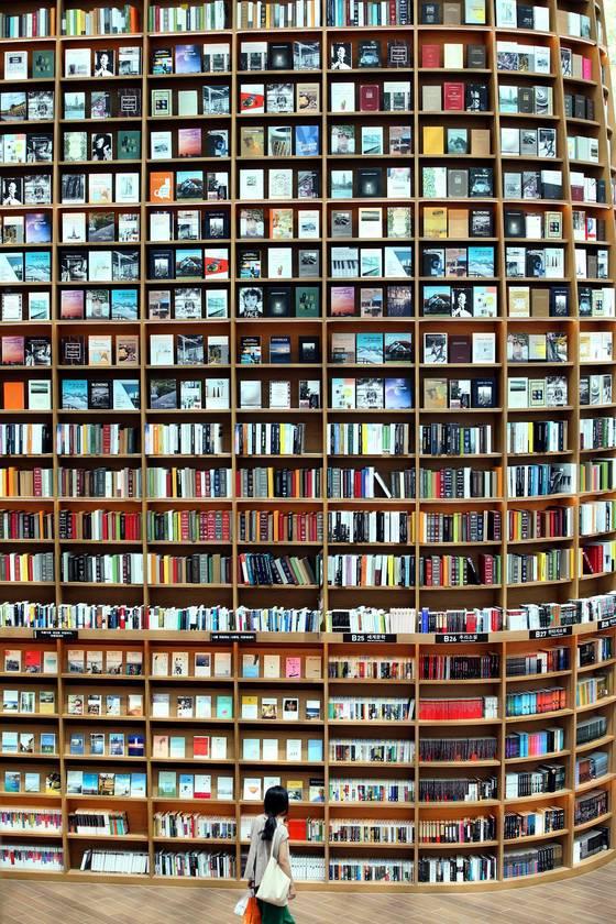 신세계 프라퍼티가 서울 삼성동 코엑스몰에 시민들이 무료로 이용할 수 있는 '별마당 도서관'을 31일정식개관한다. 30일 도서관을 찾은 시민이 높이 13m의 서가에 진열된 책을 바라보고 있다. 박종근 기자
