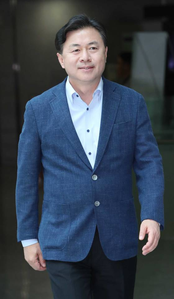 해양수산부 장관 후보자 김영춘 의원이 30일 국회 의원회관에 들어서고 있다. 오종택 기자