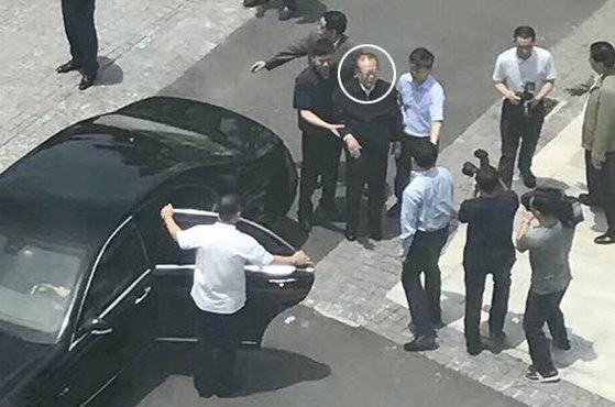 장쩌민 전 중국 국가주석(원 안)이 28일 장남이 총장으로 있는 상하이과기대를 방문했다. [웨이보 캡처]
