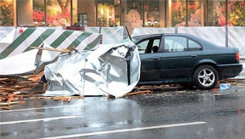 돌풍으로 떨어진 구조물에 부서진 자동차 [사진 리아노보스티=연합뉴스]