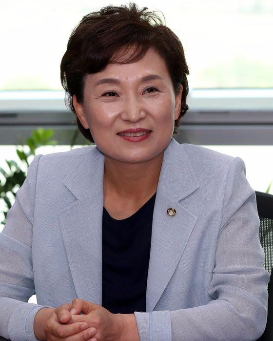 신임 국토교통부 장관 후보자로 지명된 김현미 더불어민주당 의원이 30일 국회 의원실에서 소감을 밝히고 있다. 강정현 기자