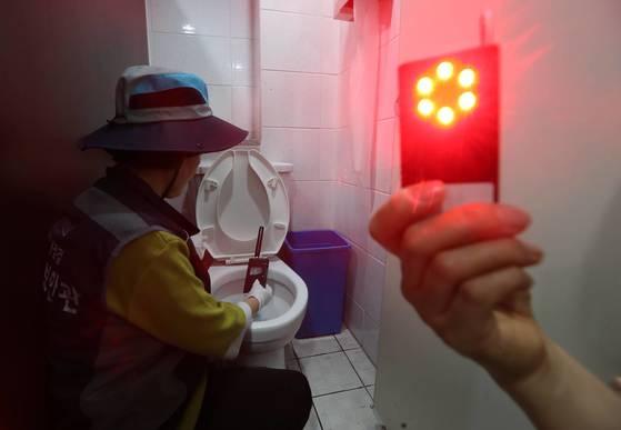 한 손에 쏙 들어오는 적외선 탐지기는 몰카 렌즈에 빨간 불빛을 반사시키는 방식으로 숨겨진 몰카를 찾아낸다. 뒤에 보이는 전자파 탐지기는 몰카의 전자파를 감지하면 경고음을 낸다. 김상선 기자