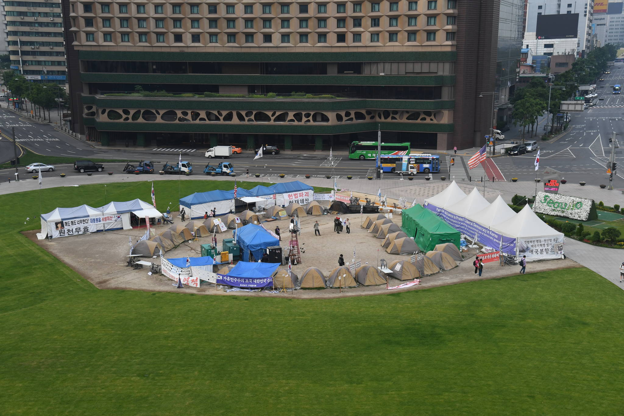 서울광장을 점거한 불법 텐트촌의 모습. [서울시]