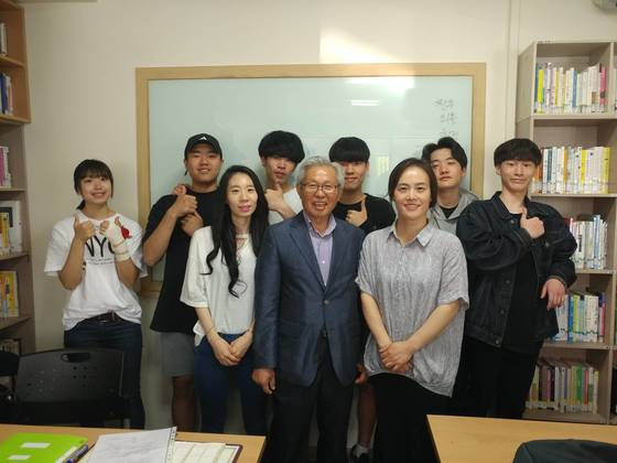 오수생 ㈔푸른꿈청소년상담원 원장(앞줄 가운데)이 대안학교 교사, 학생들과 함께했다. 6년여간 한국청소년지도자연합회장을 맡은 그는 국내 청소년 쉼터의 어려운 여건 등을 정부에 알리는 역할도 했다.