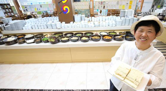 함씨네밥상 함정희(64·여) 대표가 국산 콩으로 만든 두부를 들어보이고 있다.[프리랜서 장정필]