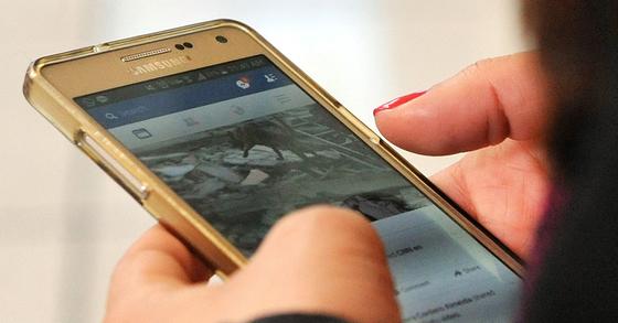 스마트폰으로 페이스북에 접속한 이용자. 김성태 기자