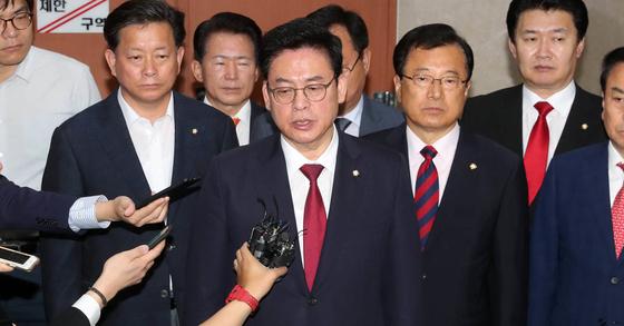 정우택 자유한국당 원내대표(가운데)가 31일 국회 정론관에서 이낙연 총리 인준 거부 기자회견을 하고 있다. 강정현 기자