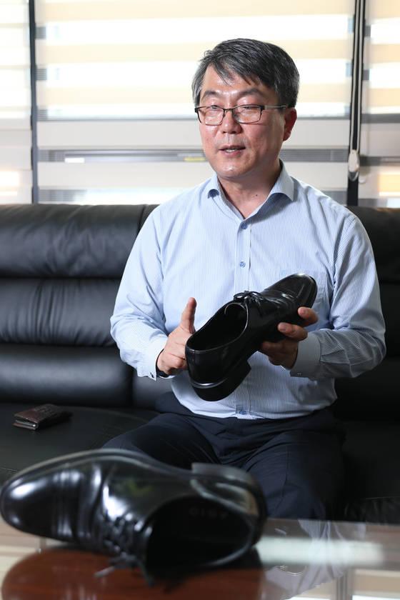 문 대통령이 5년 전 구입해 신고 있는 구두를 만들었던 '구두 만드는 풍경' 유석영 전 대표. [전민규 기자]