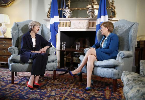 지난해 7월 영국 에딘버러에서 만난 테리사 메이 총리(왼쪽)와 니콜라 스터전 스코틀랜드 자치정부 수반.