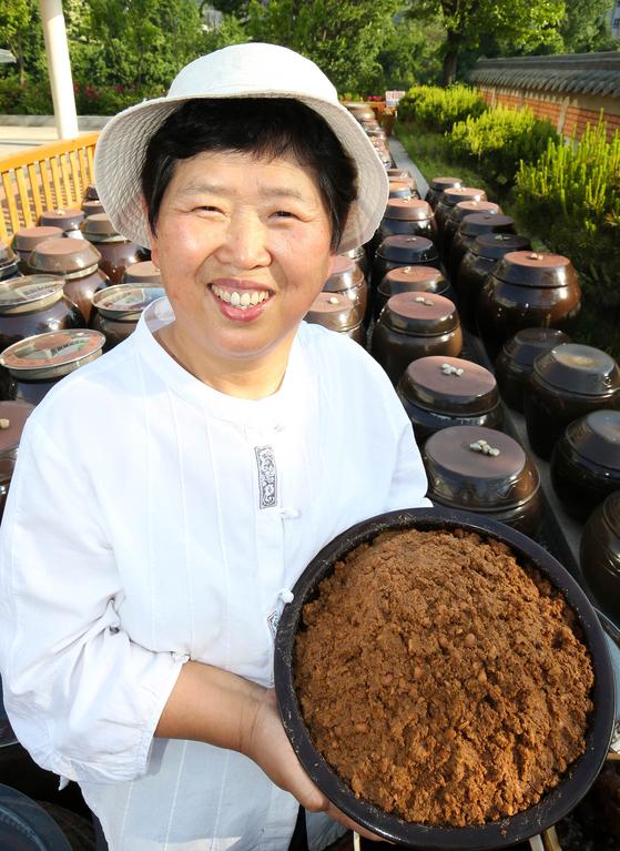 함씨네밥상 함정희(64·여) 대표가 국산 콩으로 담근 된장을 들어 보이고 있다.[프리랜서 장정필]