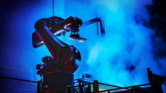 아디다스가 독일에서 시범 가동중인 스피드팩토리. 자동화된 로봇 기술로 운동화를 만든다. 공장이 정식으로 가동되면 최소한의 인력이 배치될 예정이다. [중앙포토]