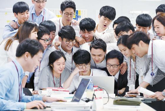 LG그룹 신입사원들이 경기도 이천 LG인화원에서 열린 신입사원 교육 과정에서 제품 혁신에 대한 아이디어를 토론하고 있다. LG는 지난해부터 신입사원 교육에서 자유롭게 아이디어를 제안해 창의적으로 고객 가치를 생각해보는 프로그램을 운영 중이다. [사진 LG그룹]