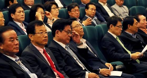 정우택 자유한국당 대표 권한대행 겸 원내대표(가운데) 등이 30일 서울 여의도 국회에서 열린 '자유한국당 대선 평가 토론회'에 참석했다. [오종택 기자]