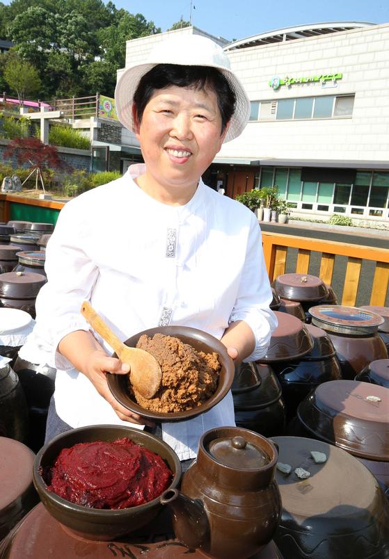 함씨네밥상 함정희(64·여) 대표가국산 콩으로 직접 담근 고추장과 된장.[프리랜서 장정필]