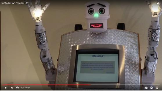 루터의 고장에서 종교개혁 500년을 맞아 선보인 로봇 목사 BlessU-2. [유튜브 캡처]