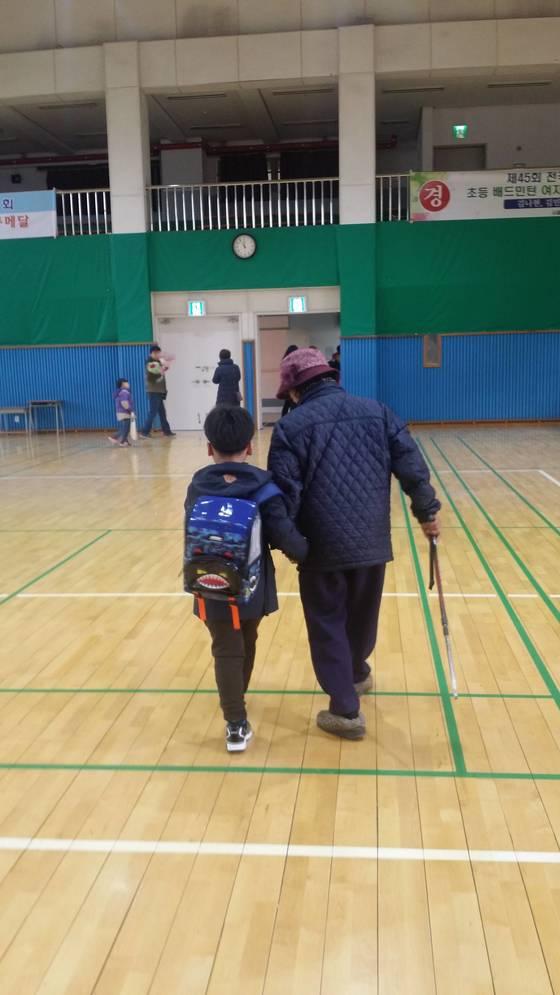 지난 3월 정수의 초등학교 입학식에 참석한 외증조할머니 김씨와 정수. [사진 강동경찰서]