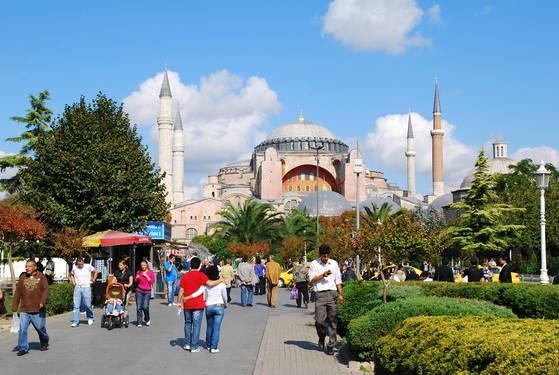 해외여행객이 급증하면서 해외에서 발생하는 사건·사고도 늘었다. 2016년 재외국민 사건, 사고는 9290건으로 5년 전인 2011년보다 갑절 이상 늘었다. 사진은 한국인도 많이 찾는 터키 이스탄불. [중앙포토]