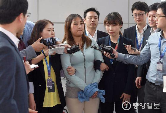 정유라가 국내로 송환된 31일 인천국제공항 입국장에서 기자들의 질문에 시종일관 얼울하다는 이야기를 하고 있다.