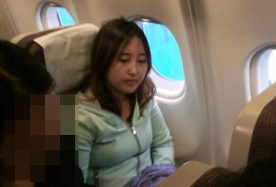 정유라씨가 네덜란드 암스테르담 공항에서 한국으로 향하는 대한항공 비행기에 탑승해 있다. 정씨는 이 비행기에서 31일 오전 4시8분쯤 체포됐다.[연합뉴스]