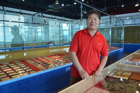 김진세씨가 화폐박물관에 전시된 화폐들을 소개하고 있다. 진천=최종권 기자