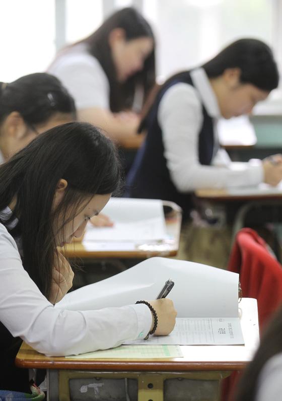 6월 1일 전국 2052개 고교에서 수능 모의평가가 실시된다. 이공계 선호 현상이 계속되는 가운데 이과 학생들이 주로 선택하는 수학 가형과 과학탐구 지원률이 지난해 6월보다 높아졌다. [중앙포토]