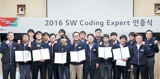 지난해 11월 서울 양재동 서초R&D캠퍼스에서 개최된 소프트웨어 코딩 전문가 5기 인증식. LG전자 CTO 안승권 사장(오른쪽 여덟째), 소프트웨어 센터장 민경오 부사장(오른쪽 둘째)이 새로 선발된 코딩전문가들과 기념촬영을 하고 있다. [사진 LG전자]