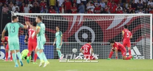 한국 송범근 등 선수들이 30일 천안종합운동장에서 열린 포르투갈과 FIFA U-20 월드컵 16강에서 두 번째 골을 허용하자 아쉬워하고 있다. 천안=양광삼 기자