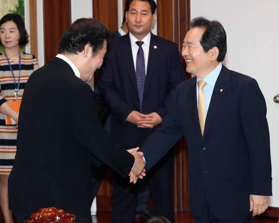 이낙연 신임 국무총리(왼쪽)가 1일 국회 의장실에 들어서며 정세균 국회의장과 악수하고 있다.강정현 기자