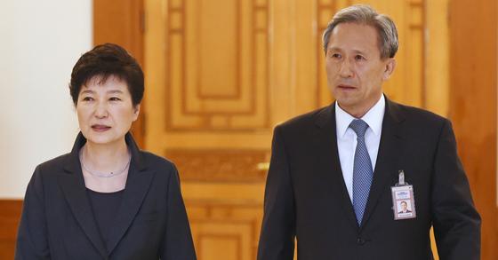 박근혜 전 대통령과 김관진 전 청와대 국가안보실장. [청와대사진기자단]