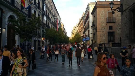 스페인 마드리드의 보행전용거리인 아레날 거리. 너비 14m의 거리에는 차가 다니지 않아 관광객과 주민들이 여유롭게 걸을 수 있다. [마드리드=조한대 기자]