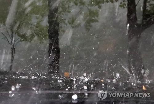1일 오전 서울 서초구 일대에 우박이 내리고 있다. [사진 연합뉴스]