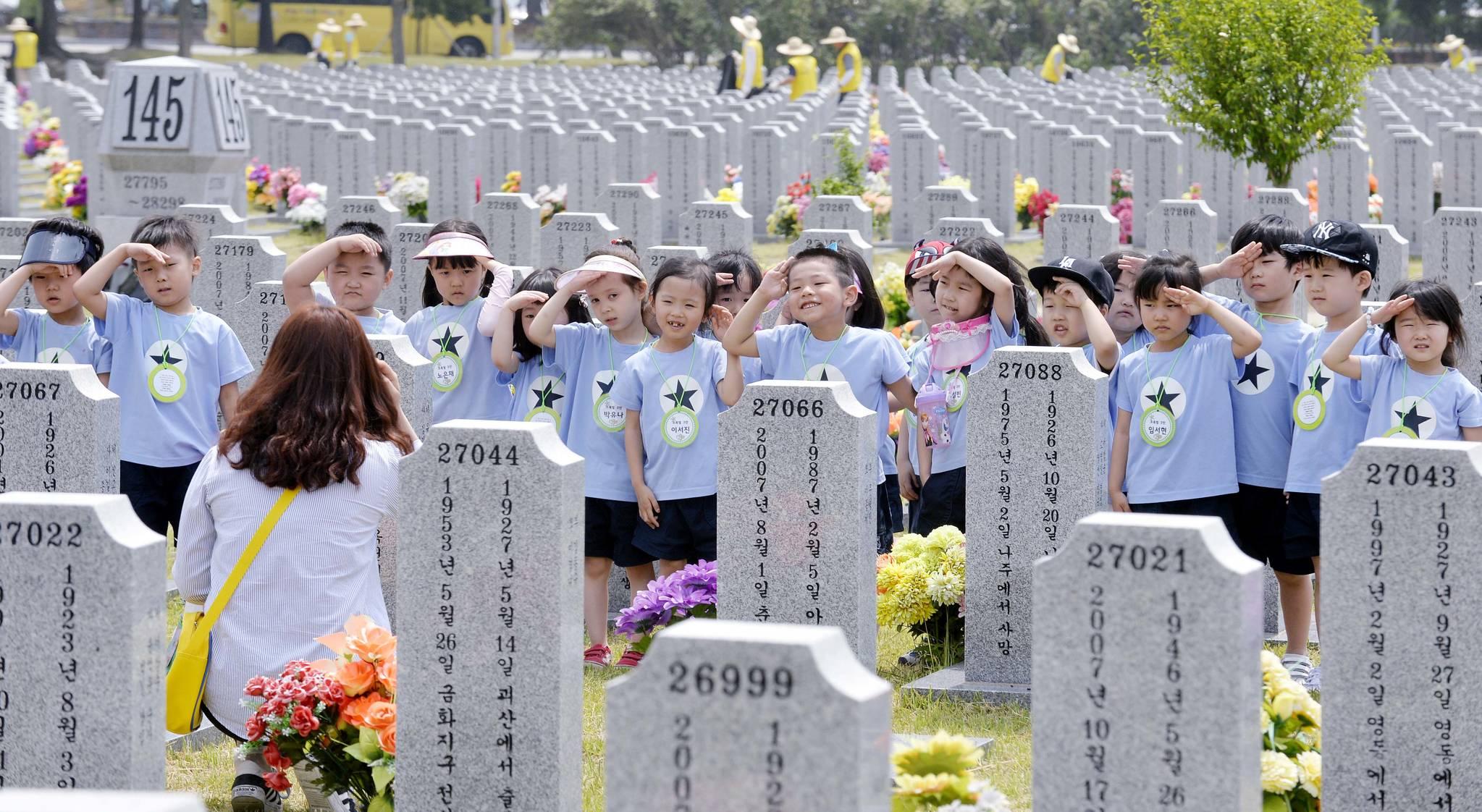 호국보훈의 달이 시작된 1일 국립대전현충원을 찾은 어린이들이 장사병묘역 앞에서 교사로부터 경례동작을 배우고 있다.프리랜서 김성태