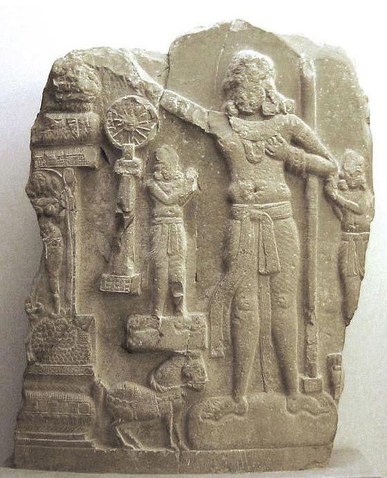 아소카 왕을 새긴 조각상. 오른쪽에 서 있는 인물이 아소카 왕이고, 붓다의 가르침을 상징하는 바퀴 모양의 법륜도 보인다.