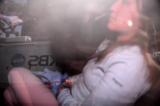 정유라씨가 31일 오후 서울 서초구 서울중앙지방검찰청으로 압송되는 차량내부에서 다리를 꼬고 앉아 있다. 박종근 기자