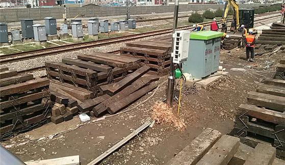 신도림역에서 지난 4월폐침목을 대량 사용해 ITX-청춘 승강장 설치 공사를 벌이고 있다. [사진 전국철도노동조합]