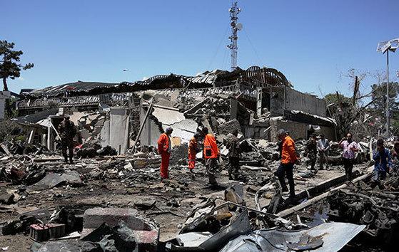 31일 아프가니스탄 수도 카불의 외교공관 밀집 지역 인근에서 벌어진 트럭 자폭테러로 최소 80명이 숨지고 350여 명이 다친 가운데 시민들이 처참하게 부서진 건물과 자동차를 둘러보고 있다. 치안 안전지대인 대사관 지역 주변이 뚫리면서 이슬람국가(IS) 등에 의한 테러 공포가 확산되고 있다. [카불 신화=뉴시스]