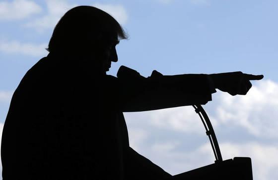 이탈리아에서 열린 G7 정상회담에서 통역용 헤드폰을 쓰지 않았다며 구설에 오른 도널드 트럼프 미국 대통령. 다른 정상의 자리에 놓여있는 헤드폰이 보이지 않는다. [AP 연합뉴스]