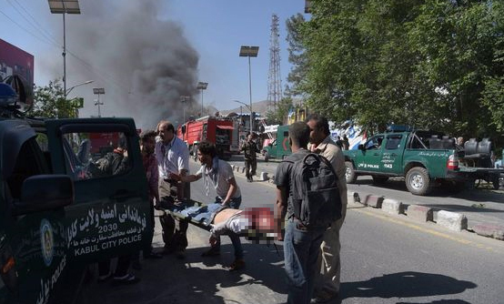 아프가니스탄 수도 카불의 외교공관 지역에서 31일(현지시간) 오전 차량을 이용한 자폭테러가 벌어져 최소 90명이 숨지고 350여명이 다친 가운데 한 희생자가 들것에 실려 옮겨지고 있다. [사진 연합뉴스]