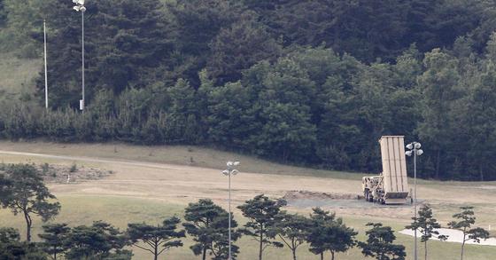 경북 성주골프장에 있는 기존에 배치된 사드 발사대가 하늘을 향하고 있다. 사진 프리랜서 공정식