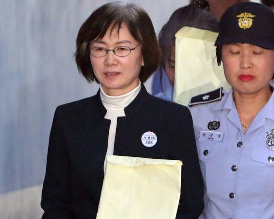최경희 전 이화여대 총장이 31일 법정에 출두하고 있다. 김춘식 기자