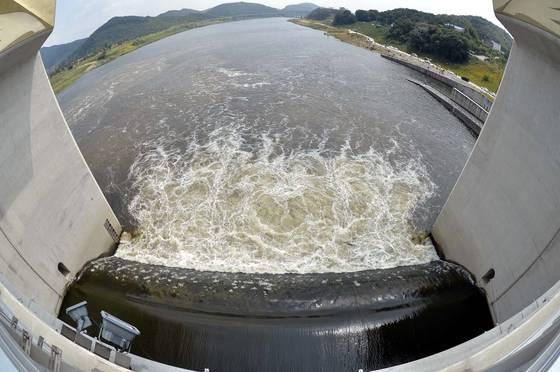 1일 오후 낙동강·금강·영산강에 설치된 6개 보의 수문이 일제히 열렸다. 이날 수문이 개방된 금강 공주보에서 물이 하류로 흘러가고 있다. [프리랜서 김성태]