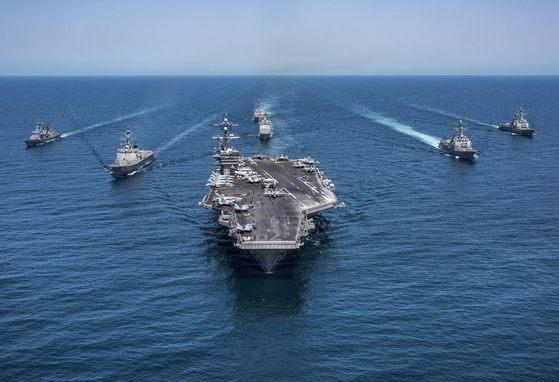칼빈슨함과 제1항모강습단 소속 함정들이 해상 기동훈련을 하고 있다. [사진 미 해군]