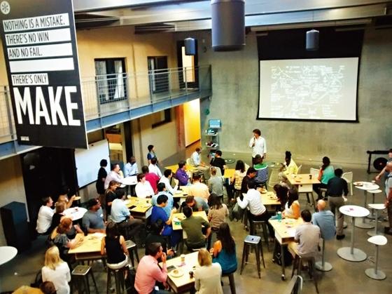 미국 캘리포니아 주 스탠퍼드에 있는 세계적인 명문 사립대학교 스탠퍼드대학교 강의실. 스탠퍼드는 실리콘밸리에 인접해 기업가정신과 혁신이 일상화된 학교로 꼽힌다.