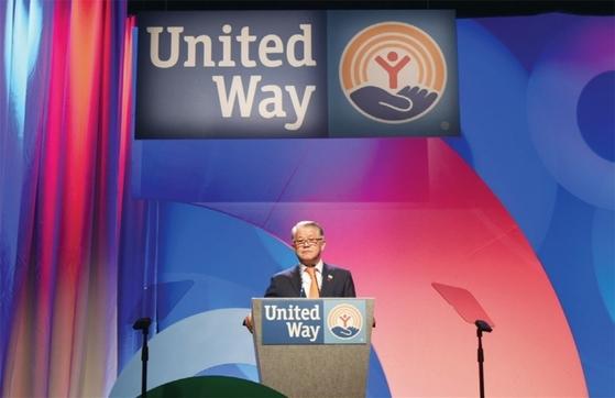 최신원 회장이 5월 9~12일 미국 올랜도에서 열린 세계공동모금회(UWW)의 '유나이티드웨이 커뮤니티 리더스 콘퍼런스'에서 초대 '글로벌 필란트로피 어워드'를 수상했다. / 사진제공·SK네트웍스