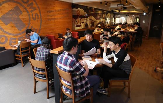 '카페에서 공부하는 사람들'을 뜻하는 일명 '카공족'이라 불리는 학생들이 지난달 31일 오후 서울대입구역 앞 카페에서 스터디 모임과 공부를 하고 있다. [우상조 기자]