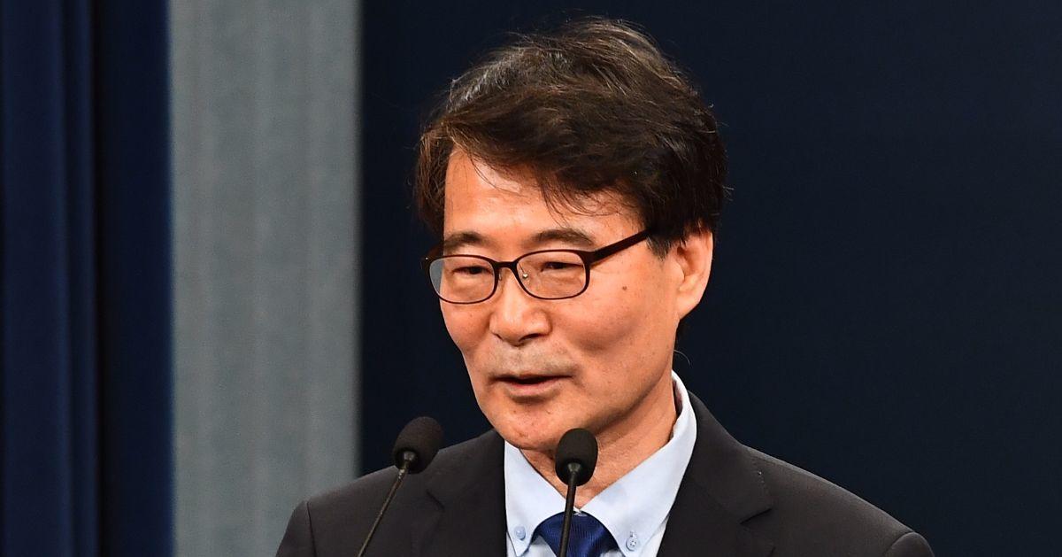 장하성 정책실장이 지난달 21일 청와대 춘추관 대브리핑실에서 인선 발표 이후 소감을 밝히고 있다. 청와대 사진기자단
