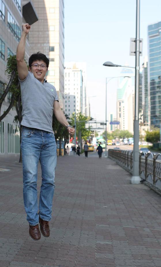 최근 강남역에서 본지 기자와 만난 탈북자 이성주씨가 힘차게 뛰어오르고 있다. 그는 꽃제비, 탈북 경험을 담은『에브리 폴링 스타』의 한국어 번역본 『거리 소년의 신발』을 최근 냈다. 김춘식 기자