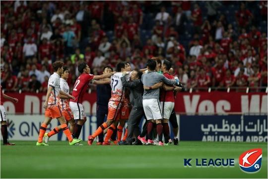 지난달 31일 아시아 챔피언스리그에서 몸싸움을 펼치고 있는 제주와 우라와 선수들. 사진=프로축구연맹